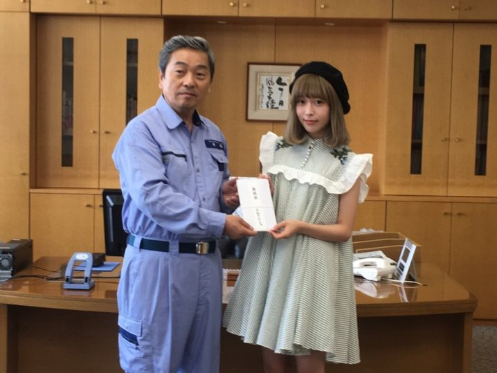 藤川千愛(まねきケチャ)井原市役所を訪問し、グループを代表して50万円の義援金を届けた