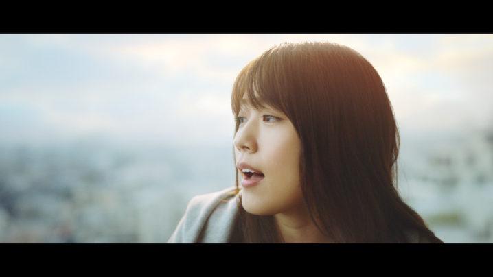 有村架純、ザ・ブルーハーツの名曲 「情熱の薔薇」を表情豊かに歌い上げる!【東芝TVCM】