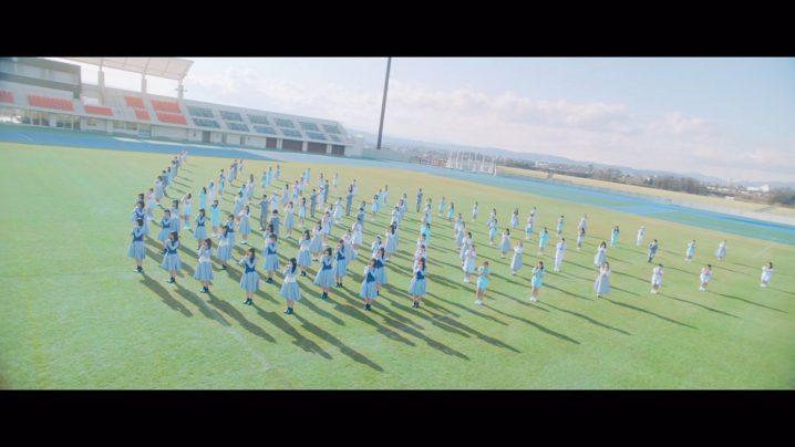日向坂46・デビューシングル「キュン」のMV(Music Video)より