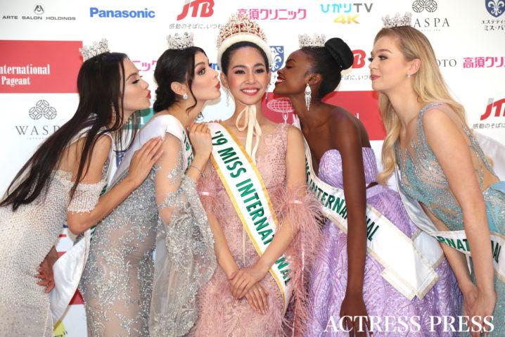 「2019ミス・インターナショナル世界大会」入賞者:左から、マリア・アレハンドラ・べンゴエチェアさん、アンドレア・トスカノさん、スィリートン・リアラワットさん、エヴィリーヌ・ナマトヴゥさん、ハリオッテ・レインさん