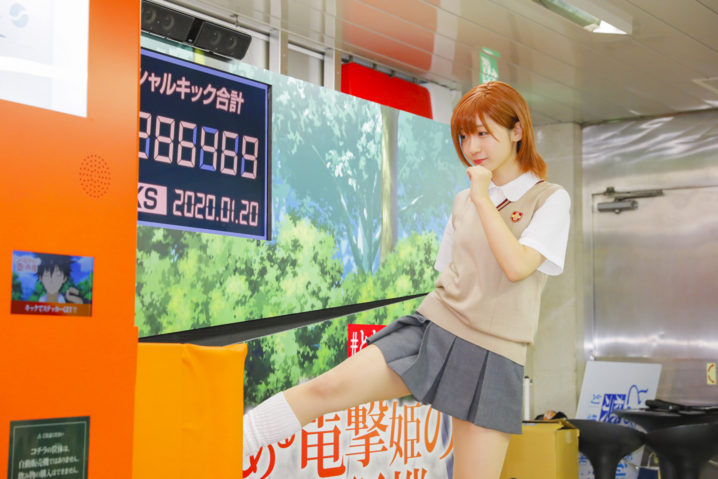 コスプレイヤー・伊織もえ、美脚御坂美琴コスで 自販機を蹴るあの名シーンを完全再現!