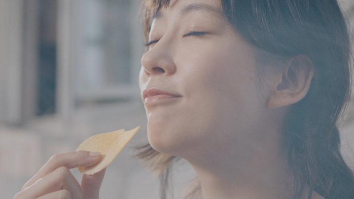 水川あさみ、「関西弁」をCM初披露!1枚のチップスを食べる姿を迫力満点のスペクタクル映像で表現!「PURE POTATO じゃがいも心地」 新TV-CM『じゃがいも心地でいきましょう』篇