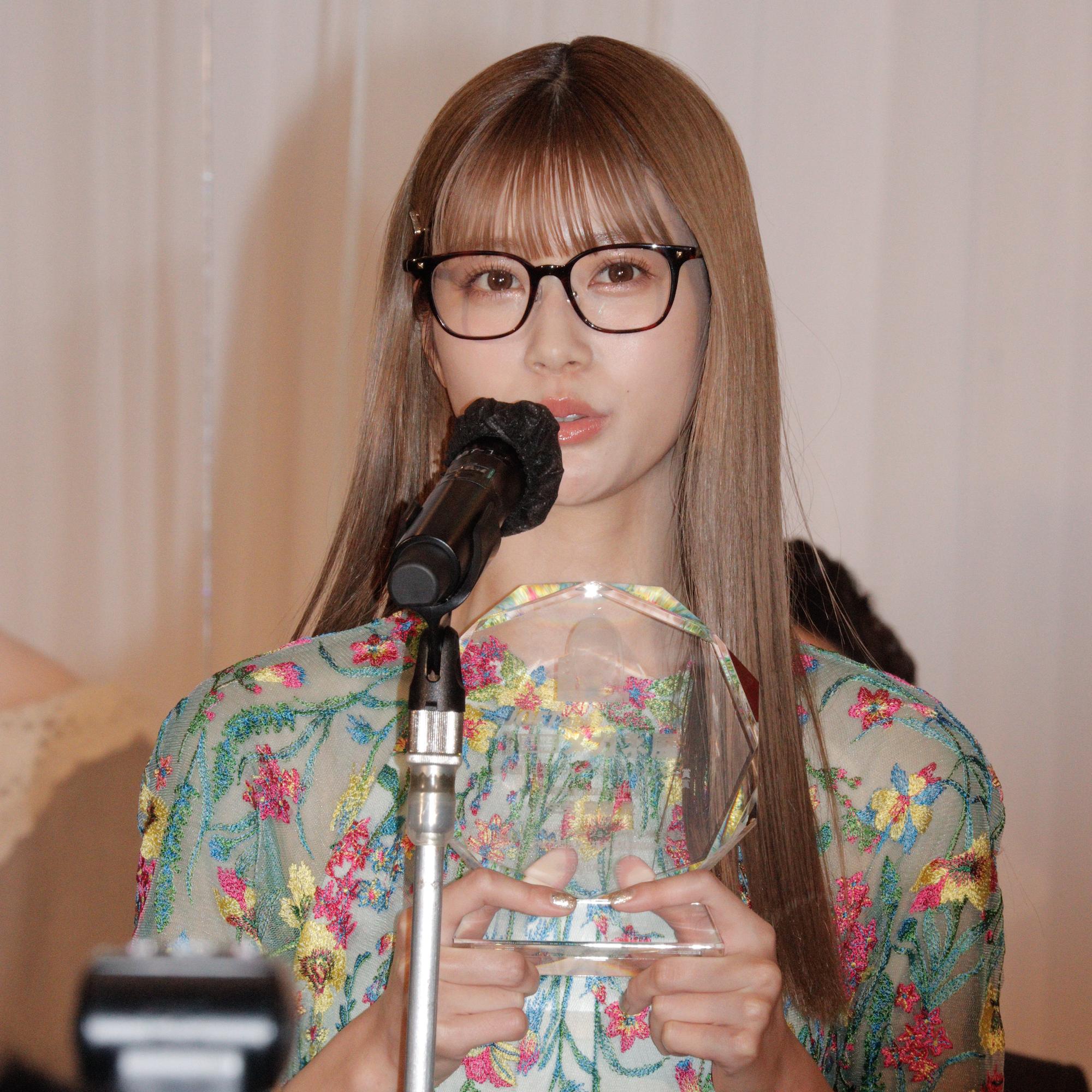 生見愛瑠/2020年10月27日に東京ビッグサイトで開催された「第33回日本メガネベストドレッサー賞」授賞式にて/ACTRESS PRESS編集部