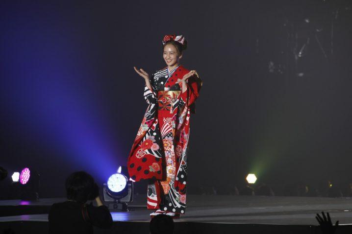 岡田結実、ディズニーデザイン振袖を着てKANSAI COLLECTIONランウェイに登場!
