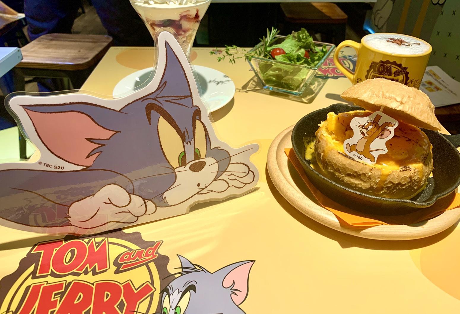 「Tom and Jerry ブレッドポットチーズカレー」と「Tom サンデー」、「カフェラテ」