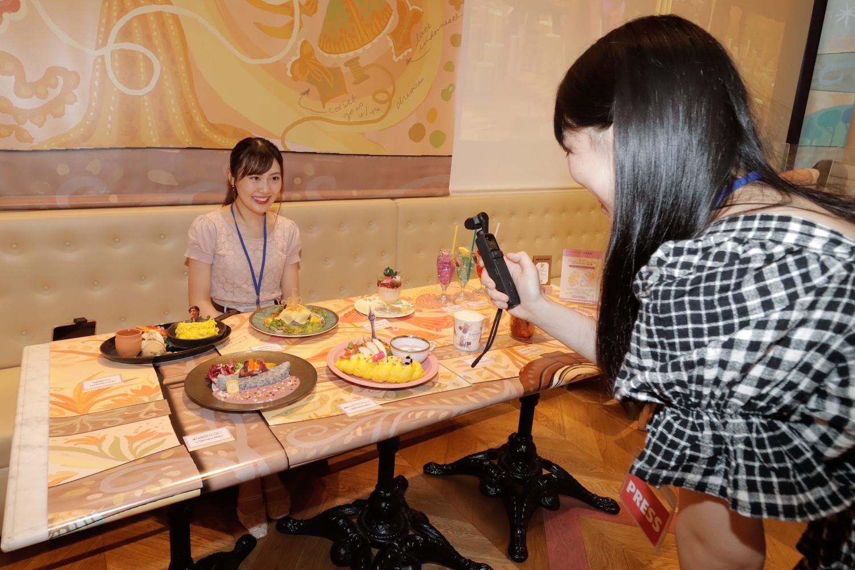 大島千乃(早稲田大学)、右~小栗あおい(筑波大学).ACTRESS PRESS REPORTER(リポーター)