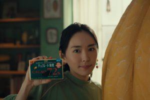 新垣結衣、巨大カカオポッドと初共演!明治 チョコレート効果 新TVCM公開